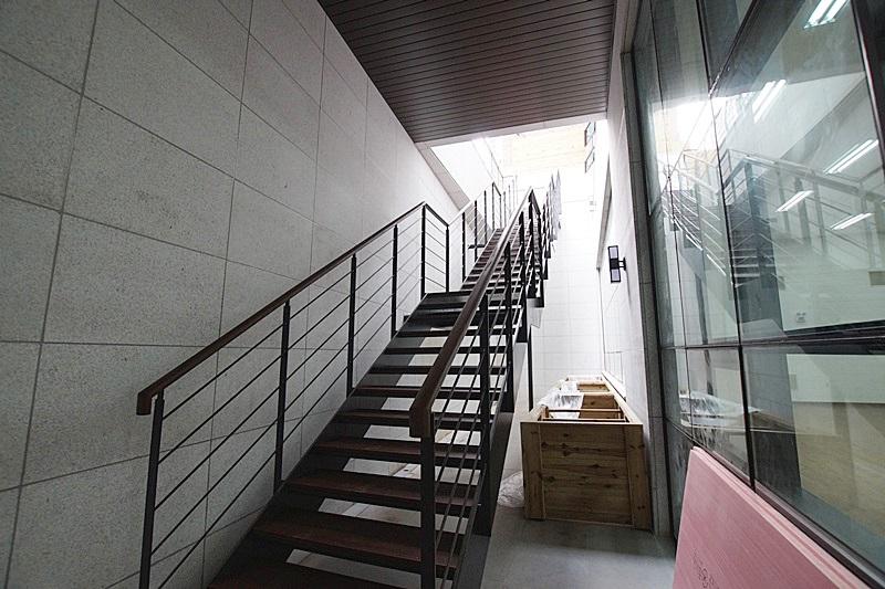 논현동 층고5미터에 달하는 지하사무실